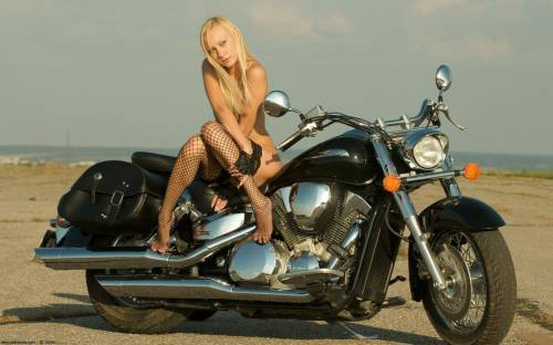 Блондинка, чулки, мотоцикл