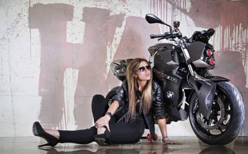 Мотоцикл BMW и девушка