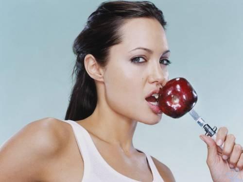 Обои с Анжелиной Джоли, Angelina Jolie, яблоко