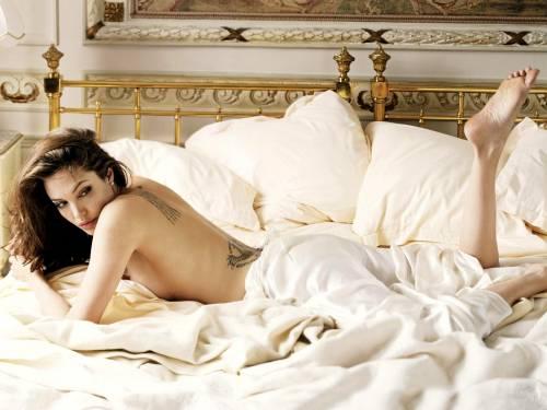 Angelina Jolie, Анжелина Джоли в кровати