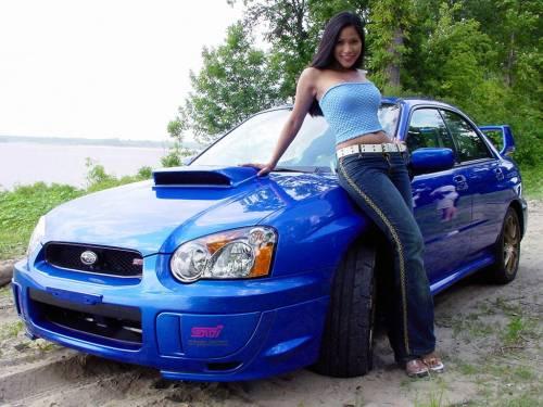 Брюнетка, синий авто