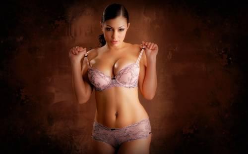 Девушка, розовое нижнее бельё, брюнетка, грудь