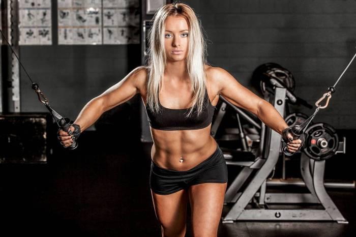 Обои для рабочего стола Девушка в спортзале занимается на тренажерах ( tank
