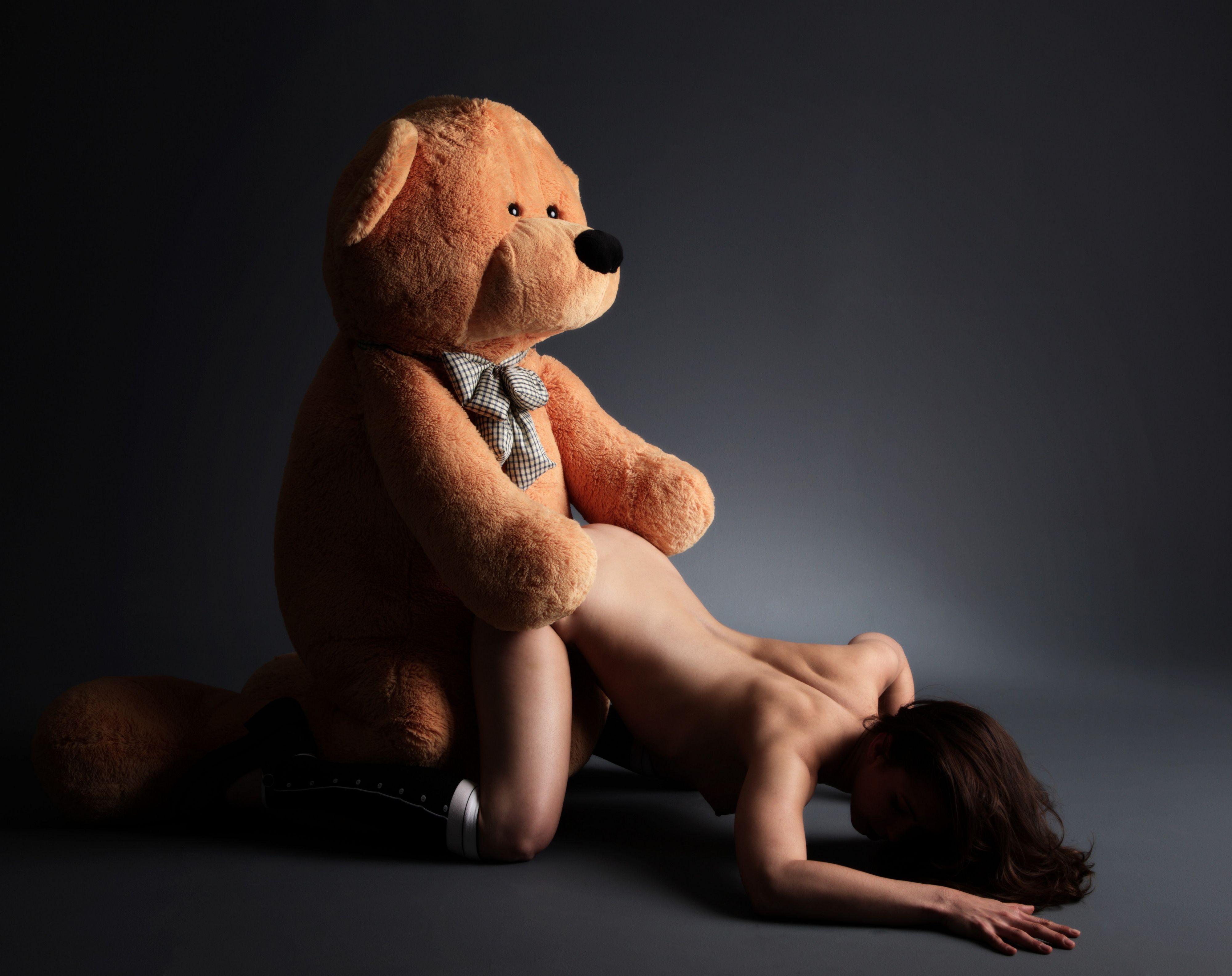 Секс девушки с медведем
